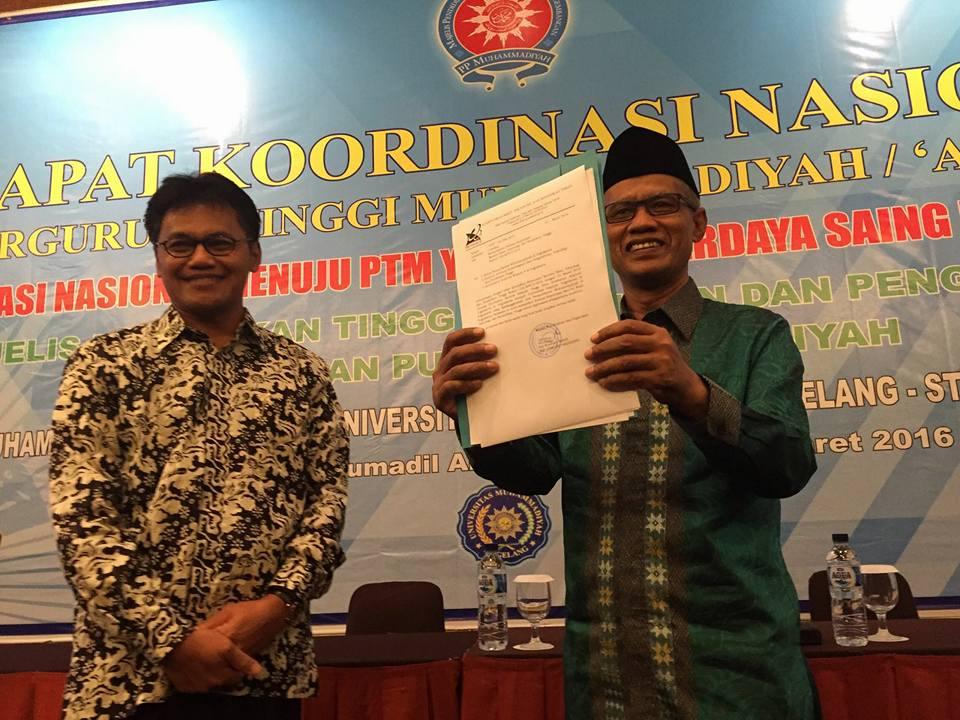 Ketua PP Muhammadiyah, Haedar Nashir menunjukkan SK Universitas 'Aisyiyah Yogyakarta kepada peserta Rakor.